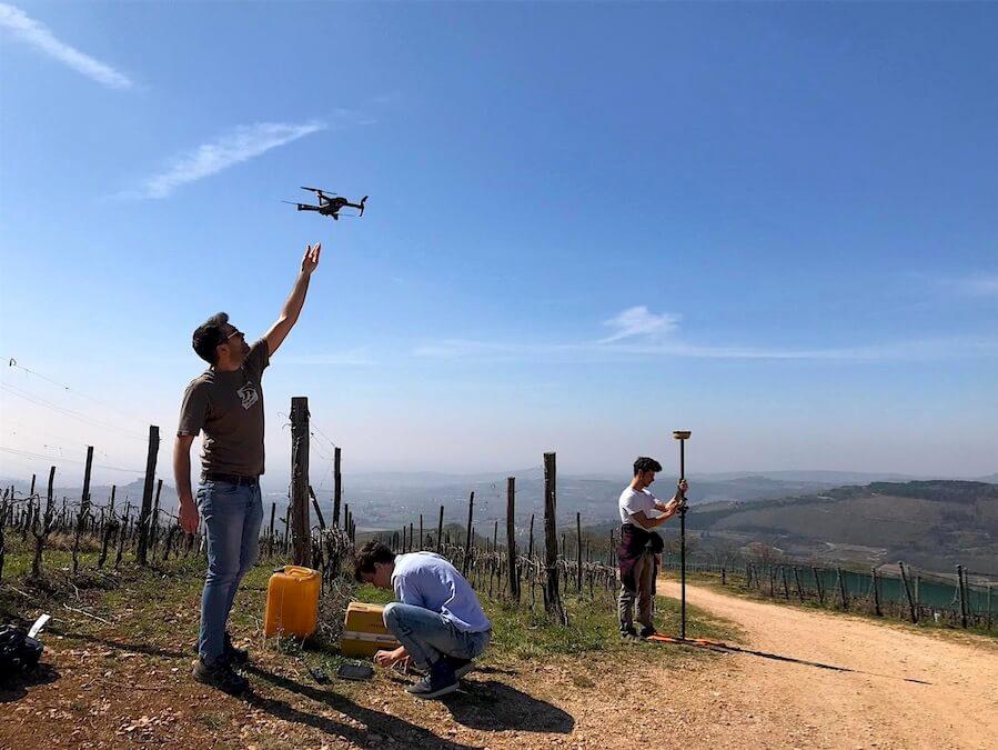 Operazioni rilievo fotogrammetrico con drone a Soave